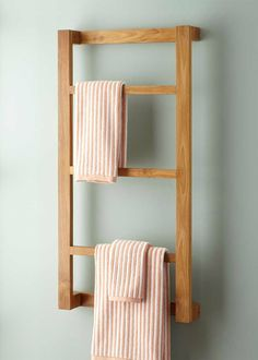 The simple Wulan Hanging Bathroom Shelf is elegantly designed for space-saving organization. This teak shelf is perfect for storing hand towels and bathroom accessories.