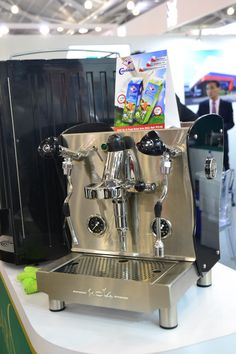The 3 reasons why companies are looking for fully automatic beans to cups coffee machines for the office. For example, do you know that they are actually cheaper and lower in cost? Coffee Type, Coffee Pods, Black Coffee, Starting A Coffee Shop, Fresh Coffee Beans, Coffee Shot, Automatic Espresso Machine, Different Coffees, Chocolate Powder