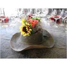Western Wedding Ideas - Use a cowboy hat as a vase for your reception table centerpiece flowers. kinda cute maybe for gift table? Cowboy Centerpieces, Party Table Centerpieces, Flower Centerpieces, Centerpiece Ideas, Western Wedding Centerpieces, Quinceanera Centerpieces, Country Western Parties, Western Theme, Western Cowboy
