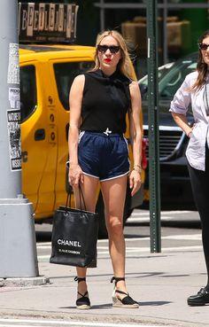 Chloe Sevigny Leggy in Shorts - Out in NYC - Celebrity Nude Leaked! Casual Outfits, Fashion Outfits, Casual Clothes, Fashion Fashion, Runway Fashion, Chloe Sevigny Style, Summer Holiday Outfits, Celebs, Celebrities