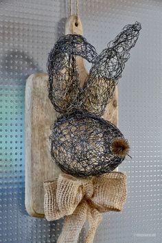 Aus zwei Rollen Wickeldraht fertigte ich diesen knuffigen Hasen. Zuerst spulte ich eine Drahtspule komplett ab und knautschte bzw. zupfte den Draht gleichmäßig zu einer flachen runden Scheibe. Diese Drahtscheibe formte ich mit Hilfe eines Keramik-Ostereis manuell zu einer Schale, die später zum Hasenkopf wurde. Aus einer halben abgespulten Rolle …