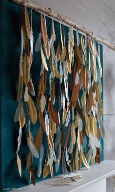 How to Make a Paper Feather Backdrop (Diy Paper Backdrop) Diy Photo Backdrop, Diy Wedding Backdrop, Paper Backdrop, Photo Backdrops, Paper Garlands, Feather Crafts, Feather Art, Crafts With Feathers, Feather Garland