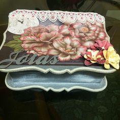 Porta Joia com varias divisorias e aneleira  Um lindo presente para um pessoa querida, ou simplesmente para decorar seu cantinho.