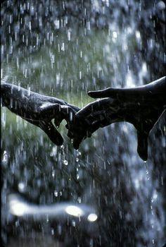 Nette romantische Paare Schwarzweiss-Fotografie im Regen ▷ Cute romantic couple. Black and white photography in the rain Walking In The Rain, Singing In The Rain, Rainy Night, Rainy Days, Black White Photos, Black And White Photography, Photo Main, I Love Rain, It Will Rain