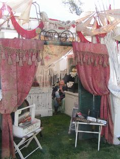 Blossoms Vintage Chic: The Vintage Marketplace. Easy way to decorate a plain tent. Craft Booth Displays, Store Displays, Display Ideas, Craft Booths, Market Displays, Jewelry Displays, Flea Market Booth, Flea Market Style, Antique Booth Ideas