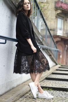Street style look vestido renda com blazer preto e tênis branco.