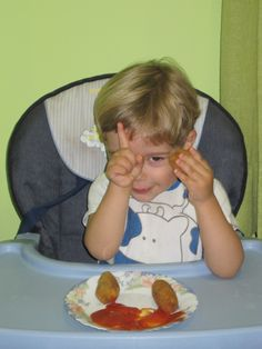 Questo bambino fa un gesto particolare: pianino eh, che ti controllo....