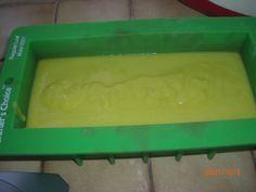 Le Savon de Castille est un savon très doux utilisable sur toutes les peaux, y compris celle des bébés. C'est de plus un savon très facile à réaliser pour débuter en savonnerie. Avec ma méthode, pas de manipulation de soude, pas de chauffe, une trace...