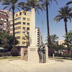 En la Plaza de España se encuentra el Monumento al Foguerer, reconocimiento a los protagonistas de la fiesta de Fogueres, donde además, se rinde homenaje, en el mes de junio, a foguerers y barraquers fallecidos. #Fogueres2016 #MifotoAlicante