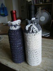 Crochet - This One Hour Wine Bottle Cozy makes an excellent hostess gift for the holidays. If you need a last-minute gift, you can easily whip up one of these easy-to-crochet cozies just a few hours before the party. Quick Crochet Gifts, Crochet Cozy, Crochet Crafts, Crochet Projects, Free Crochet, Crochet Bags, Easy Crochet Patterns, Crochet Designs, Crochet Ideas
