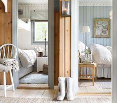 DRØMMEHYTTE: Forandringen kommer tydelig til uttrykk i soverommene, som er malt i hver sin farge. I hovedsoverommet er det blå skapet fjernet. Sengen den samme, men den har fått en ny kappe. Sengegavlen er også ny, fra Ikea. Stolen er arvet og lampen er fra Lama. Bildet på veggen er fra hytteeiers barndomshjem. På soverommet til venstre er køyesengen erstattet med plassbygde senger fra Olerud snekkerverksted. Sengeskuffene er fra Ikea. De gustavianske rullgardinene er sydd hos Bentes…