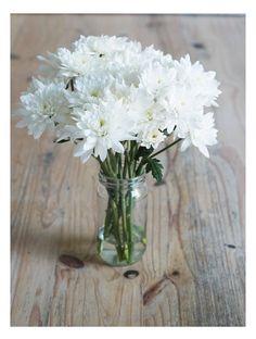 mix de margaritas blancas en frasquito de vidrio  #arreglofloral #flores #fresias #centerpiece #weddingdeco #boda #deco #decoración #ambientación #sanvicente #margarita