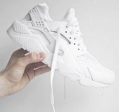 Wer den Nike Air Huarache haben will, sollte schnell zuschlagen: Die Version in White/Pure Platinum in letzten Größen für Sie und Ihn. Hier entdecken und shoppen: http://sturbock.me/q8F