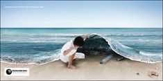 子どもがカーペットのように海の水をつかみあげると隠されているたくさんのゴミ。「見えないからといってゴミが捨てられていないということではありません」