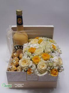 Cveće u kutiji Flowers in box Boxofflowers Flowersbox Mothers Day Baskets, Mother's Day Gift Baskets, Gift Hampers, Creative Gift Baskets, Wine Gift Boxes, Wine Gifts, Flower Box Gift, Chocolate Wrapping, Gift Box Design