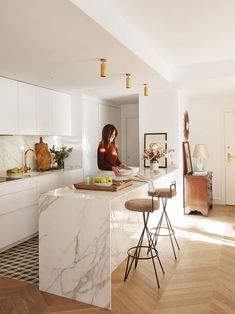 This apartment in Madrid is filled with sophisticated taste in every detail - its owner, interior designer Lucia Marinas has shown all her skills to ✌Pufikhomes - source of home inspiration Kitchen Room Design, Modern Kitchen Design, Home Decor Kitchen, Kitchen Layout, Kitchen Living, Interior Design Kitchen, New Kitchen, Home Kitchens, All White Kitchen