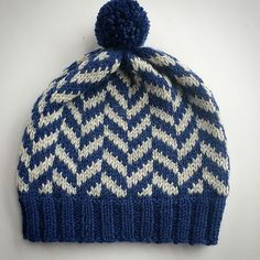 A fast and fun project that can be knit in a lot of different colors and finsihed up with pompons in different sizes and colors. mit Fischgrätenmuster Big Herringbone Hat pattern by Ingrid Aartun Bøe Loom Knitting, Knitting Stitches, Knitting Designs, Knitting Patterns Free, Knit Patterns, Knitting Projects, Knit Crochet, Crochet Hats, How To Purl Knit