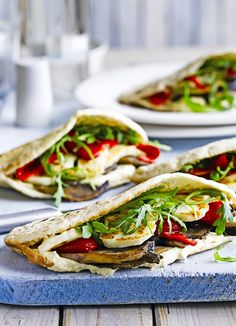 Quick idea for a vegetarian sandwich: pittas stuffed with grilled halloumi, humous, mushrooms and peppers with rocket. Ready quickly in 15 minutes.