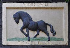 Lindengracht 241, Amsterdam  Tot 1963 Slijkstraat 32.  Op 14 september 1709 wordt Otto Verschuur vanuit zijn huis in de Slijkstraat, waar 'T Swarte Paart in de gevel staat' op het St. Antoniskerkhof begraven. Otto Verschuur, in zijn ondertrouwakte geeft hij de naam Otto Symonsz van Scheur op, was aanvankelijk korenzetter, maar is daarna begonnen als sleperijhouder. Een sleperijhouder is iemand die vrachten met eigen paarden en sleperswagens laat vervoeren.   Gezien het jaartal 1701 op de…