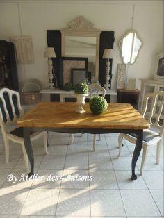 Table ancienne en chêne style Louis XV avec rallonges á l'italienne piétement patiné gris ardoise , plateau chêne . Table aux lignes travaillées et détails soignés qui apporte une atmosphère chaleureuse et familiale. Atelier des 4 saisons.