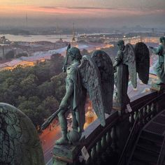 Angels, atop St Isaac's Cathedral, St Petersburg, Russia. *Photograph/copyright NOT mine Art Et Architecture, Russian Architecture, Beautiful Architecture, St Petersburg Russia, St Pétersbourg Rússie, Oeuvre D'art, Aesthetic Wallpapers, Sculpture Art, Ceramic Sculptures