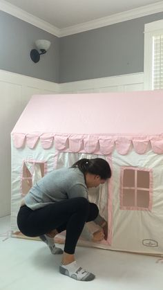 See how easy it is to set up the pink playhouse! furniture videos Domestic Objects Pink playhouse set up Diy Furniture Videos, Diy Kids Furniture, Furniture Outlet, Furniture Stores, Modern Baby Furniture, Barbie House Furniture, Playhouse Furniture, Baby Play House, Kids House