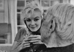 1962 / by Arnold NEWMAN... Marilyn lors d'une soirée chez Henry WEINSTEIN, où…
