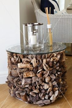 Cylinder of variously shaped driftwood pieces with glass top as unusual side table souvenir de vacances bois flottant © Living4Media / StudioX