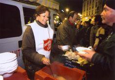 """Ehrenamtliche Mitarbeiterin der Heilsarmee in Frankreich (""""Armée du Salut"""") verteilt im Winter heiße Suppe an Bedürftige."""