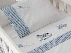 O Conjunto de Lençóis de Berço com 3 peças possui:  01 Lençol de Elástico para berço, que veste colchão até 135 x 75 cm;  01 Lençol de Dobra de 100 x 170 cm;  01 Fronha de 30 x 40 cm;  O Lençol de Dobra e a Fronha são bordados à mão com desenhos de Brinquedos e detalhes em azul.  Ambos têm barra ... Baby Sheets, Cot Sheets, Baby Crib Bedding, Baby Pillows, Baby Position, Two Color Quilts, Baby Embroidery, Baby Kit, Cross Stitch Baby