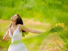 """✿*´¨)* ¸.•*¸.• ✿ """"Descomplica estes seus sentimentos, não duvide das tuas certezas e comece a ser feliz sem precisar do consentimento dos outros. Vá viver a sua vida da maneira que você quiser, da maneira que não te falte razões para sorrir ...""""  _______________ Luara Quaresma"""