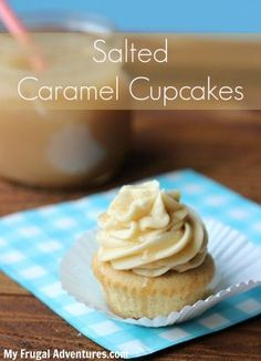 Starbucks Salted Caramel Cupcakes Light and fluffy cupcake with a creamy frosting, drizzled with buttery caramel and a hint of sea salt. Perfect for parties or bake sales! Caramel Buttercream, Buttercream Cupcakes, Yummy Cupcakes, Gourmet Cupcakes, Easter Cupcakes, Flower Cupcakes, Christmas Cupcakes, Cupcake Recipes, Cupcake Cakes