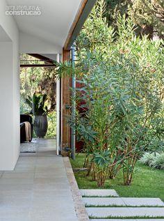 Este anexo de 208 m² tem duas salas, quatro suítes e um jardim inteiro à sua disposição e recebe os convidados da família em Araçoiaba da Serra, interior de São Paulo
