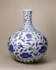 青花缠枝花天球瓶,高46.1cm,口径8.9cm,足径15.2cm。 China