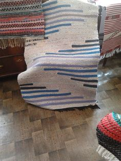 Loom Weaving, Tapestry Weaving, Hand Weaving, Rug Inspiration, Textiles, Weaving Projects, Tear, Weaving Patterns, Cool Rugs