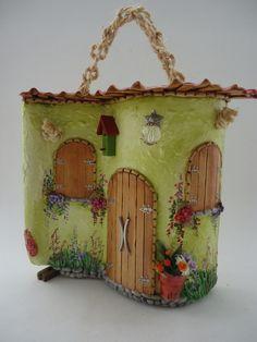 Telha Decorada Peq-Portuguesa c/telhado Jar Crafts, Diy And Crafts, Arts And Crafts, Birthday Calender, Felt House, Homemade Toys, Ceramic Houses, Handmade Handbags, Fairy Houses