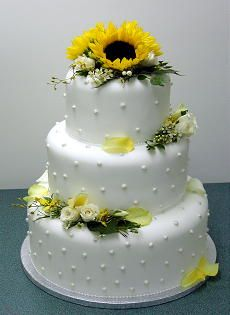 This polka dot sunflower wedding cake is so cute! More great sunflower wedding cake ideas on this page as well.
