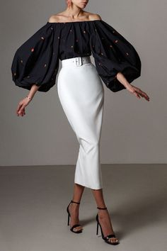 Loose-fitting blouse with an open shoulder line, elongated back and rounded edges. Product length on the back 60 cm, front length 55 cm Modest Fashion, Girl Fashion, Fashion Dresses, Elegant Outfit, Classy Dress, Cute Casual Outfits, Stylish Outfits, Fashion Sewing, Looks Style