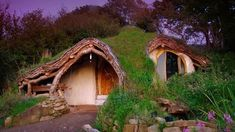 Guy With No Experience Builds Outdoor Kitchen That Would Make Any Neighbor Jealous Casa Dos Hobbits, Architecture Durable, Sustainable Architecture, Contemporary Architecture, Unique Cottages, Sheltered Housing, Build Outdoor Kitchen, O Hobbit, Underground Homes
