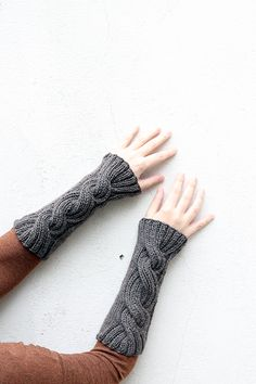 Make a pair of Outlander Claire's cable knit wrist warmers with this free knitting pattern inspired by the Outlander series.
