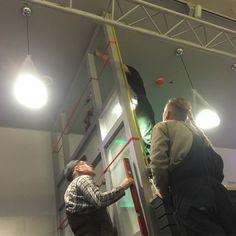 """Nie peniamy tylko pracujemy. Jacek """"Żelazny"""" Mike i Papa Włodzimierz montują ścianki działowe i inne elementy stalowe w klubie studenckim #synapsa.  #wszystkozestali #lumumbowo #azslodz #azsłódź"""