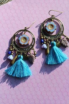 boucles d'oreilles, créoles, perles en verre de bohème fleurs violettes, pompons bleus, breloques bronze : Boucles d'oreille par l-arbre-a-pois