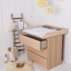 table à langer élégante et en bois avec tiroirs