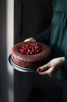 Sto per mostrarvi uno dei dolci più buoni che ho fatto negli ultimi tempi. Si tratta di una torta morbida al cioccolato fondente senza lattosio...