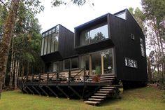 maison en bois noir au Chili