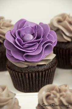 "Small batch Chocolate Vanilla Bean Latte Cupcakes & tutorial on how to make ""ruffle"" fondant flower. Flowers Cupcakes, Pretty Cupcakes, Fondant Flowers, Yummy Cupcakes, Cupcake Cookies, Beautiful Cupcakes, Cupcake Fondant, Cupcake Art, Rose Cupcake"