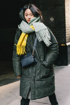 Perfect stylish outfit for a cold winter. Long coat and a big colourful scarf. Style inspo Perfect stylish outfit for a cold winter. Long coat and a big colourful scarf. Fashion Weeks, Winter Fashion Outfits, Autumn Winter Fashion, Outfit Winter, Mode Outfits, Stylish Outfits, 20s Outfits, Mode Dope, Look Street Style