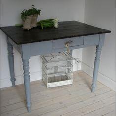 Lækkert gammelt fransk bord med masser af patina.  Bordet har en rigtig fin størrelse som køkkenbord, mindre spisebord eller måske skrivebord.Lækkert gammelt fransk bord med masser af patina.   Bordet har en rigtig fin størrelse som køkkenbord, mindre spisebord eller måske skrivebord.   Højde: 75½ cm Højde til sarg: 61 cm Bredde: 100 cm Dybde: 69½ cm  Højde: 75½ cm Højde til sarg: 61 cm Bredde: 100 cm Dybde: 69½ cm