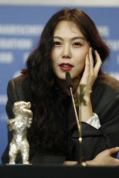 beauty and brava actress MinHee Kim 2017 Berlinale Long Curly Hair, Curly Hair Styles, Korean Beauty Standards, Kim Min Hee, Straight Eyebrows, Korean Actresses, Celebs, Celebrities, Pretty People
