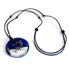 Collier cordon de soir bleue marine orné d'un superbe donut en verre incrusté de feuille d'or et d'argent . Modèle réglable par noeuds coulissants. Bijoux.